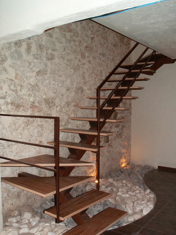 Barandas pasamanos y pilares de madera para escaleras balcones for Escalera recta de hierro y madera